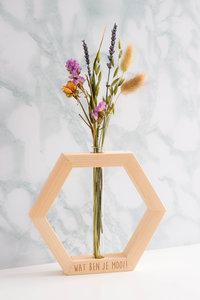 Bloembericht in een houten vaasje